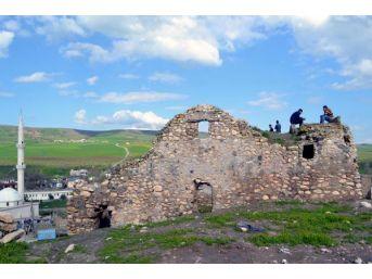 Tarihi Manastırda Define Kazısı Yapan 3 Kişi Yakalandı