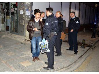Polisi Görünce Esrarı Atıp Kaçtılar