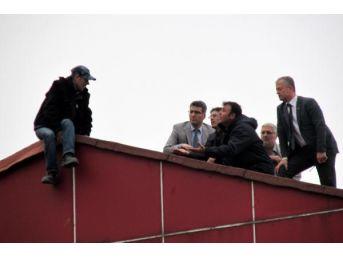 Çalıştığı Iş Merkezinin Çatısına Çıkıp Intihar Etmek Istedi