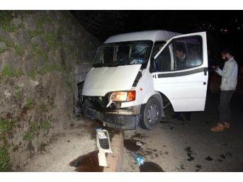 İstinat Duvarına Çarpan Minibüsteki 2 Kişi Yaralandı