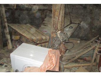 İki Katlı Ev Çöktü: 5 Yaralı