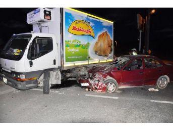 Otomobil Kamyonetle Çarpıştı: 6 Yaralı