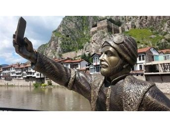Selfie-Taking Ottoman Statue In Turkish Town Attracts Tourists, Raises Eyebrows