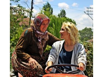 Chp'nin Kadın Adayı, Çiftçi Kadınlarla Birlikte Traktör Kullandı