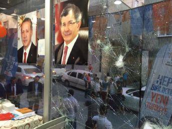 Küçükçekmece'de Ak Parti Seçim İrtibat Bürosu'na Taşlı Saldırı
