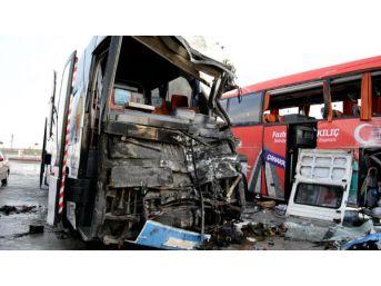 Ak Parti Seçim Otobüsü, Dinlenme Tesisine Daldı: 3 Yaralı...