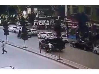 Kamyonete Çarpan Motosiklet Sürücüsü Öldü