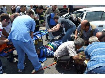 İki Araç Kafa Kafaya Girdi: 8 Yaralı