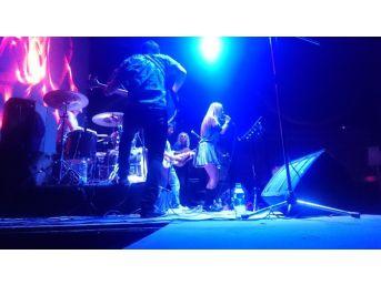Zeynep Casalini Konserden Konsere Koşuyor