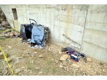 Otomobil Hes Inşaatına Uçtu: Biri Bebek 2 Ölü, 3 Yaralı
