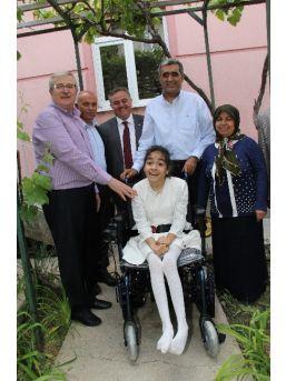 Başbakan'dan Engelli Kız Çocuğuna Akülü Araç