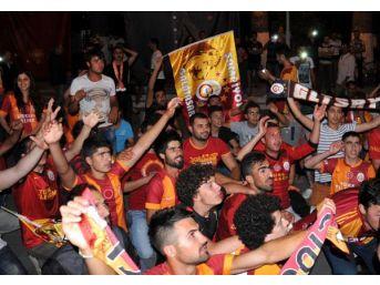 Galatasaray Taraftarından Sevinç Gösterisi
