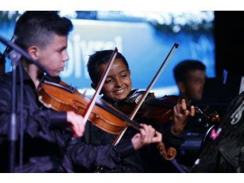 İzmir'in Genç Yetenekleri İlk Açık Hava Konserini Yaptı