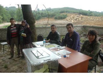 (özel Haber) Terk Edilen Köyde Cami Avlusuna Sandık Kuruldu