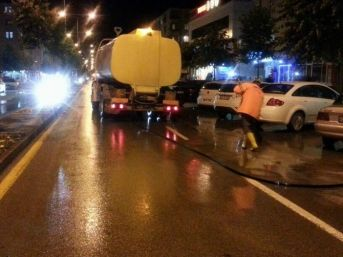 Belediye Yağış Sonrası Yollarda Temizlik Çalışması Yaptı