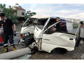 Aydınlatma Direğine Çarpan Minibüsün Sürücüsü Yaralandı