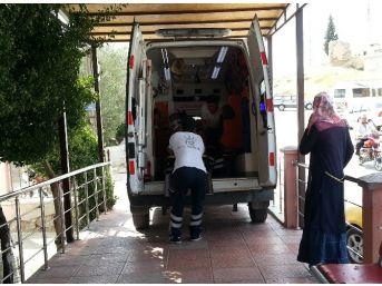 Mut'ta Traktör Devrildi: 2 Yaralı