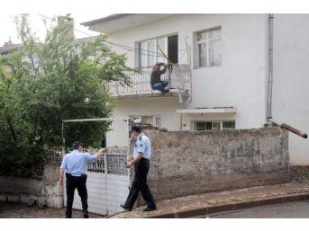 Birinci Kat Balkonundan Intihara Kalkıştı, Polis Engelledi