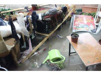Kırşehir'de Yağış Sonrası Esnaf Yaralarını Sarıyor