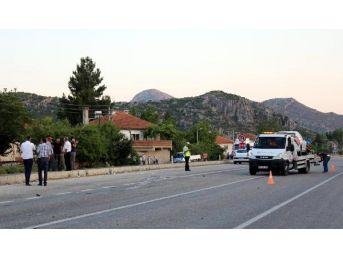 Kavşakta Otomobille Motosiklet Çarpıştı: 1 Ölü, 1 Yaralı