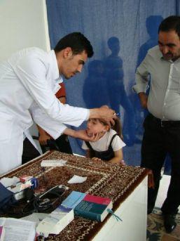 Iraklı 3 Doktor, Mülteci Hastaları Muayene Ediyor