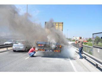 Tır'da Yangın Çıktı, Yalnızca Iki Sürücü Yardım Için Durdu