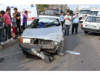 Kavşakta İki Araç Kafa Kafaya Çarpıştı: 4 Yaralı