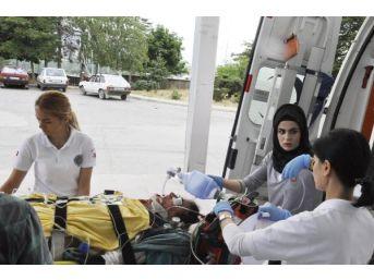 Otomobilde Hava Almak Için Kapıyı Açınca Düşüp Ağır Yaralandı