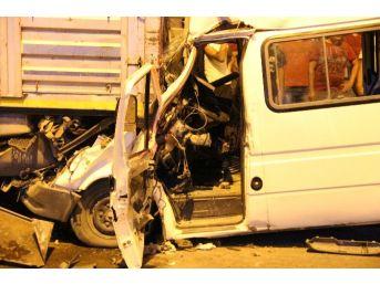 Yolcu Minibüsü Tır'a Çarptı Sürücü Sıkıştı