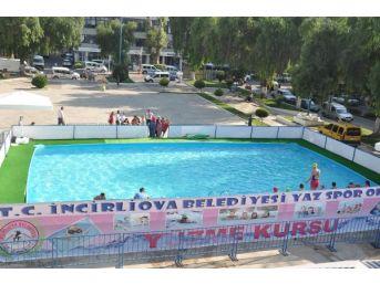 Meydanda Çocukların Seyyar Havuz Keyfi