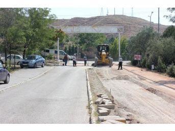 Belediye Hastanesinin Otopark Alanlarını Asfaltlıyor