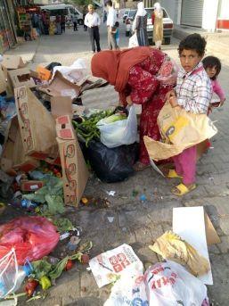 Yoksulluktan Çöplerde Yiyecek Arıyorlar