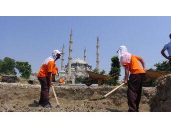 Selimiye Camii Bahçesindeki Kazı Çalışmasında Mahkumlar Çalışıyor