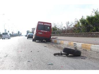 Servis Aracı 2 Otomobile Çarptı: 8 Yaralı