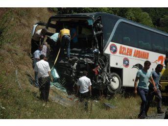 Yolcu Otobüsü Kamyonetle Çarpıştı: 1 Ölü, 3 Yaralı