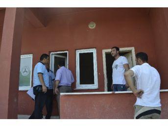 Futbol Sahasındaki Soyunma Odalarının Kapıları Ve Camları Kırıldı