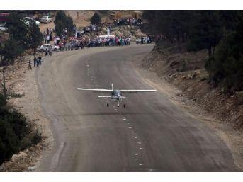 Belediye, Genişlettiği Yola Uçak Indirdi