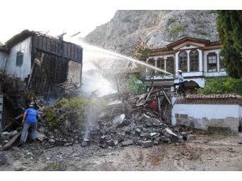 Amasya'da Tarihi Mahallede 2 Ev Yandı