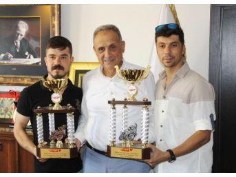 İki Kardeş Tek Motosikletle Yunanistan'dan Çifte Kupayla Döndü