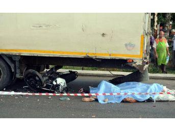 Tır'a Çarpan Motosikletteki 2 Genç Öldü