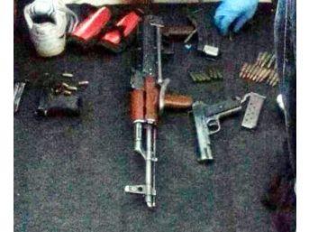 Otomobilde Silah Ve Mühimmat Ele Geçirildi