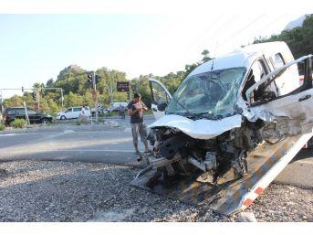 Telekom Personeli Paydos'ta Kaza Geçirdi: 3 Yaralı