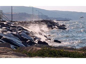 Bandırma'da Şiddetli Rüzgar Etkili Oluyor