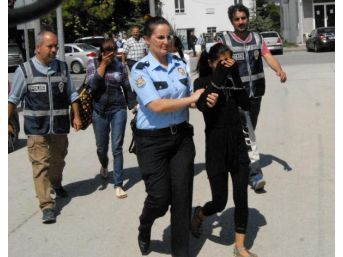 Hırsızlık Şüphelisi Kadınları Çantaları Ele Verdi