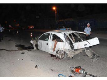 Konteynere Çarpan Otomobilde 2 Kardeş Öldü 1 Kişi Yaralandı