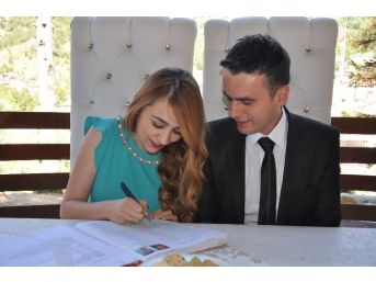 Nikahlarını Aşıklar Köprüsü'nde Kıydılar