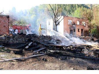 2 Ev, 2 Samanlık Ve 1 Buğday Ambarı Yangında Kül Oldu