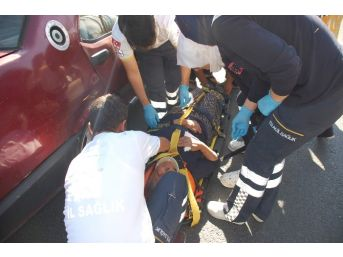 Yayaya Çarpmamak İsteyen Otomobiller Çarpıştı: 2 Yaralı