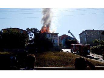 (özel Haber) Sultanbeyli'de 3 Katlı Binanın Çatısı Alev Alev Yandı