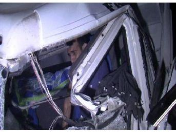 Direksiyon Ve Koltuk Arasına Sıkışan Şoför, 1 Saatte Kurtarıldı
